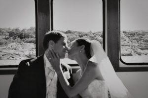 Bröllopsfotografering ombord på privat färja på Marstrand