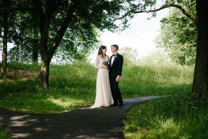 Brudpar under fotografering i Redbergsparken